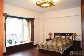 中式床 深棕色木地板 卧室地面 中式灯具 台灯 床头柜 棕色踢脚线