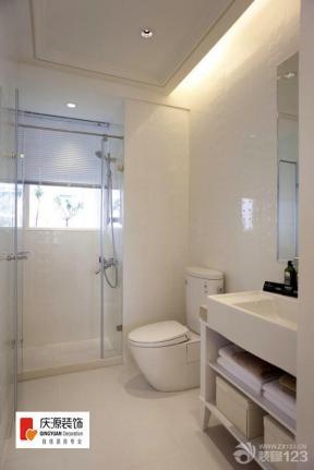 玻璃门 推拉门 金属门框 装饰品 墙砖墙面 卫生间墙面 镜子 浴室柜