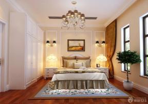 壁灯 台灯 顶角线 深棕色木地板 地垫 成品衣柜 床头柜 白色踢脚线