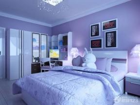 兒童床 兒童房間設計 兒童房顏色 照片墻 單人床 灰色地磚 頂角線 水晶燈 臺燈 成品衣柜 書柜 床頭柜 墻面漆 紫色墻面 裝飾品 組合書架桌 電腦桌 靠背椅 白色門框 家庭室內裝修樣板房