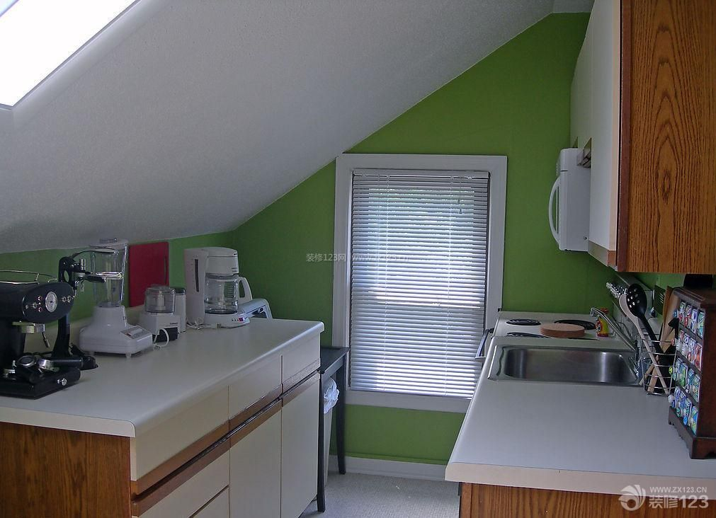 最新简约斜顶阁楼厨房装修实景图