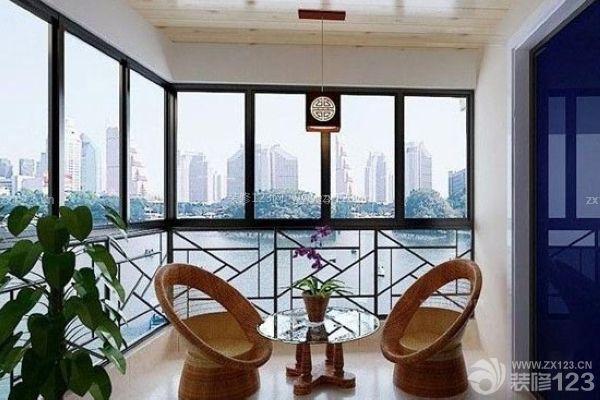 阳台整体采用了经典的新中式风格,不管是吊顶处理,还是窗子和墙壁的