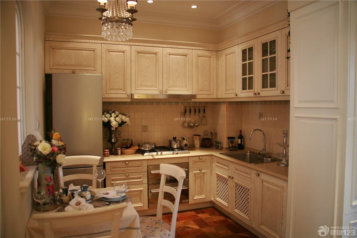 欧式田园风格整体厨房餐桌配套图片