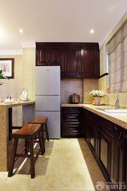 廚房褐色櫥柜裝飾設計圖