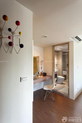 130平米 棕黃色木地板 梳妝柜