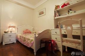 臥室設計 暗花壁紙 實木寫字臺