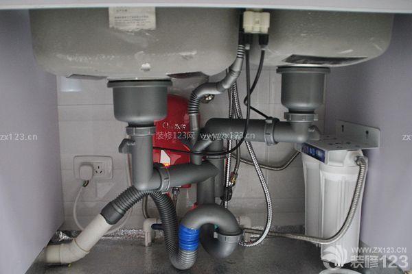然后在橱柜上加装另一个水龙头,将水龙头和净水器的出水口相连,然后把