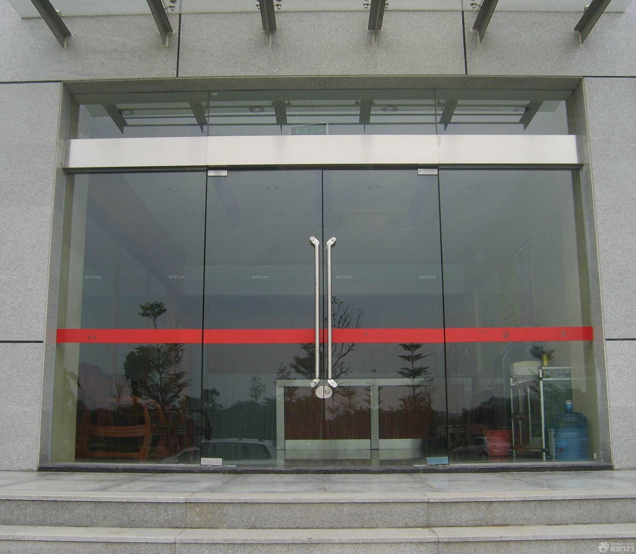 500平米公司玻璃门防撞条粘贴效果图