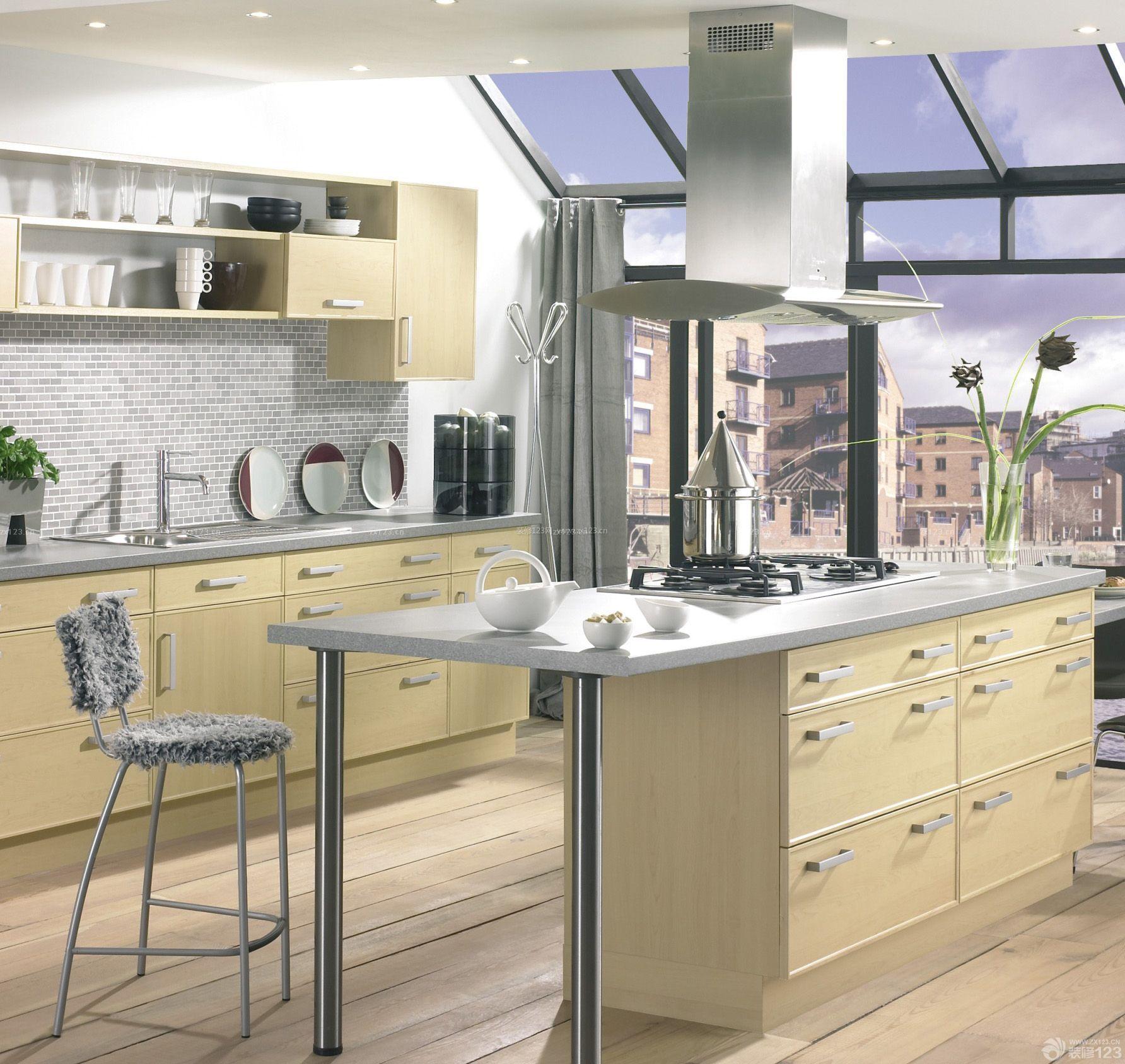 最新欧式阁楼厨房橱柜带吧台装饰效果图图片
