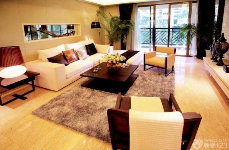 浅黄色仿木地板地砖搭配白色沙发,绿色的盆栽小植物为整个空间增添了