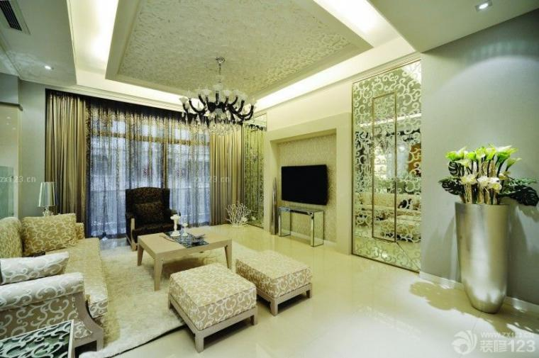 对称性的电视墙采用银镜雕花设计,与吊顶和沙发相互呼应.