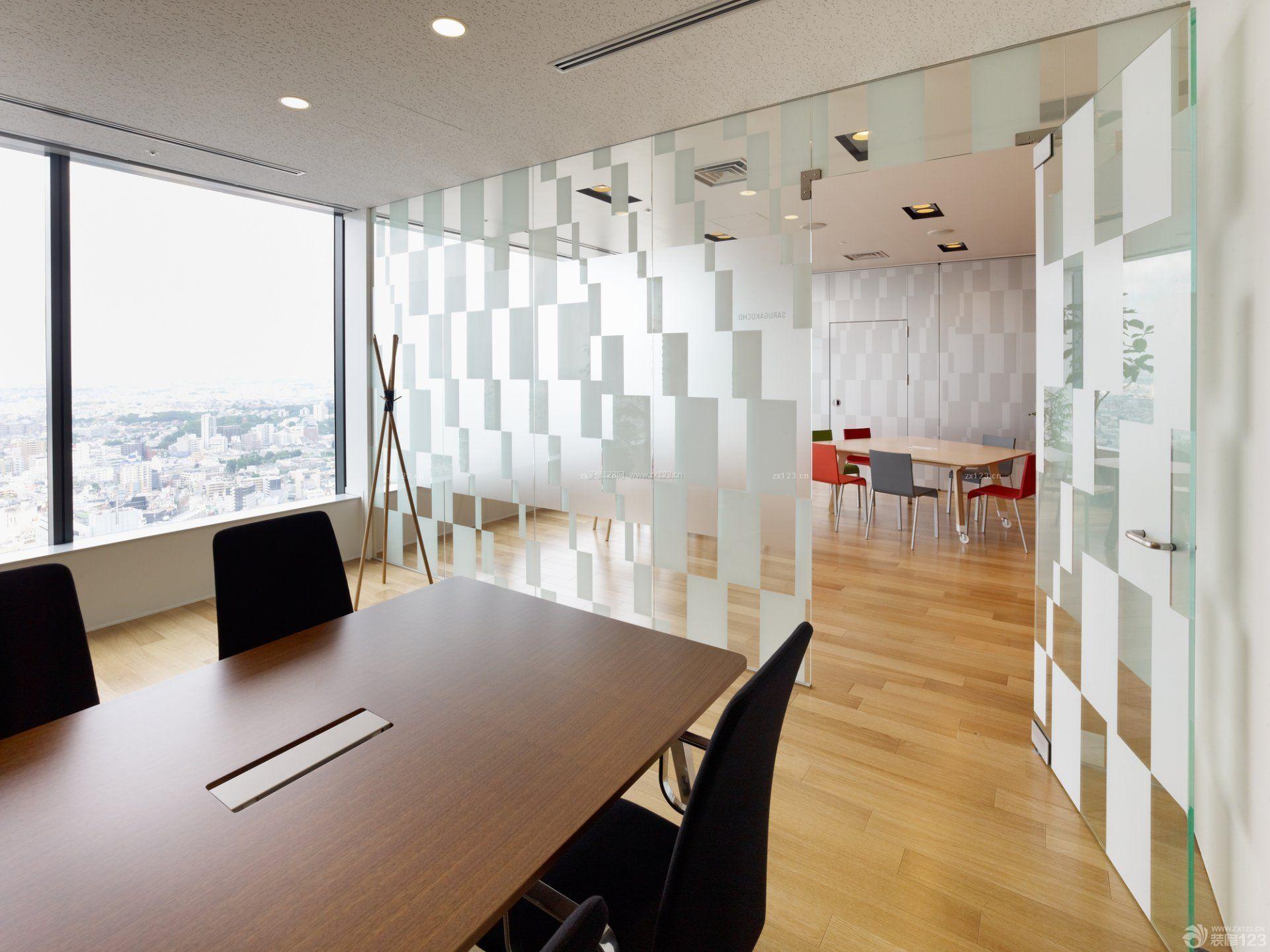 小写字楼办公室玻璃隔断墙装修效果图