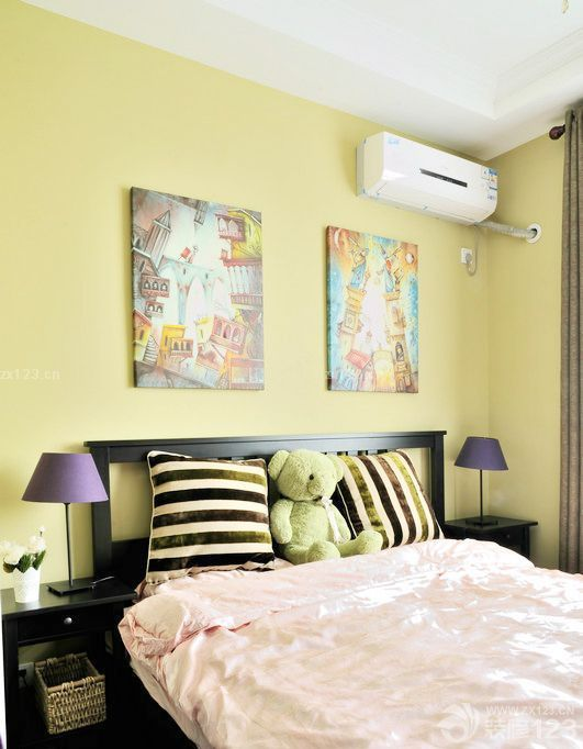 卧室浅黄色乳胶漆的设计给人温馨舒适的感觉.