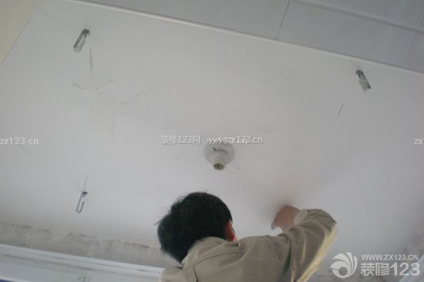 厨房和卫生间的吊顶材料包括有pvc塑料扣板,铝塑板和铝扣板几类.