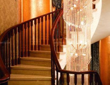 时尚别墅楼梯间现代水晶灯设计图片