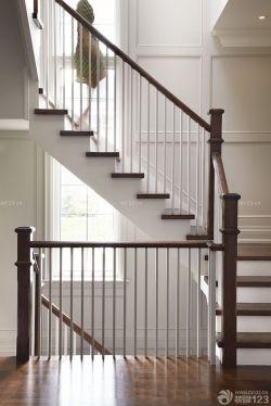 复式客厅背景墙木楼梯装修效果图片