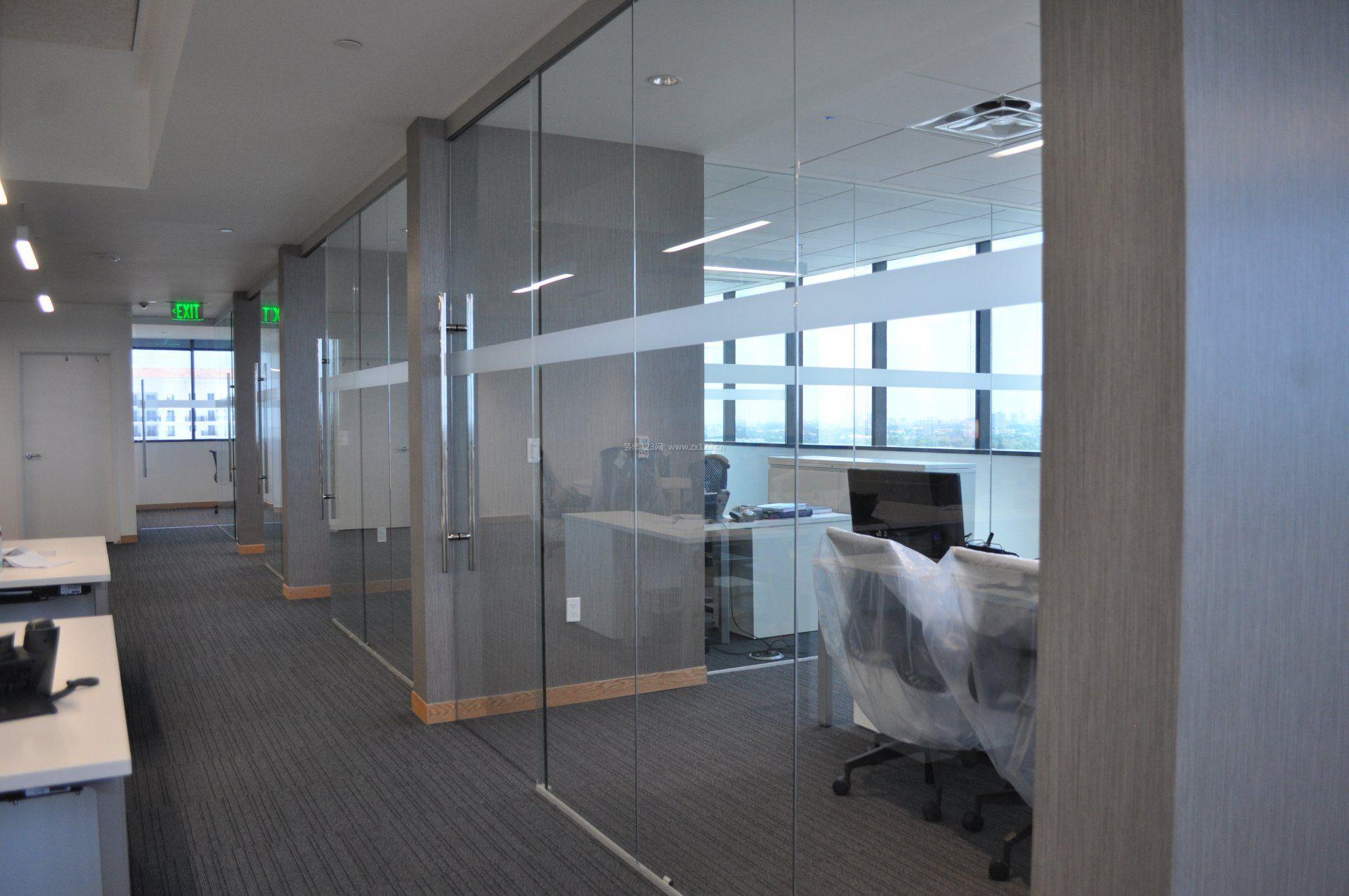 现代公司办公室玻璃隔断装修效果图