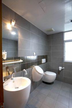 87平米三居室灰色瓷砖卫生间装修效果图