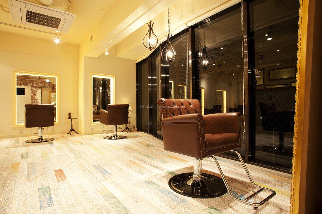小型理发店室内原木地板装修效果图片