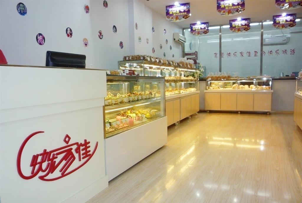 蛋糕店室内玻璃柜子装修效果图片