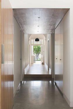 现代家装过道走廊木质吊顶装修效果图片