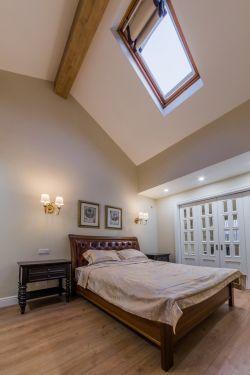 尖顶卧室木质吊顶装修效果图片150平米