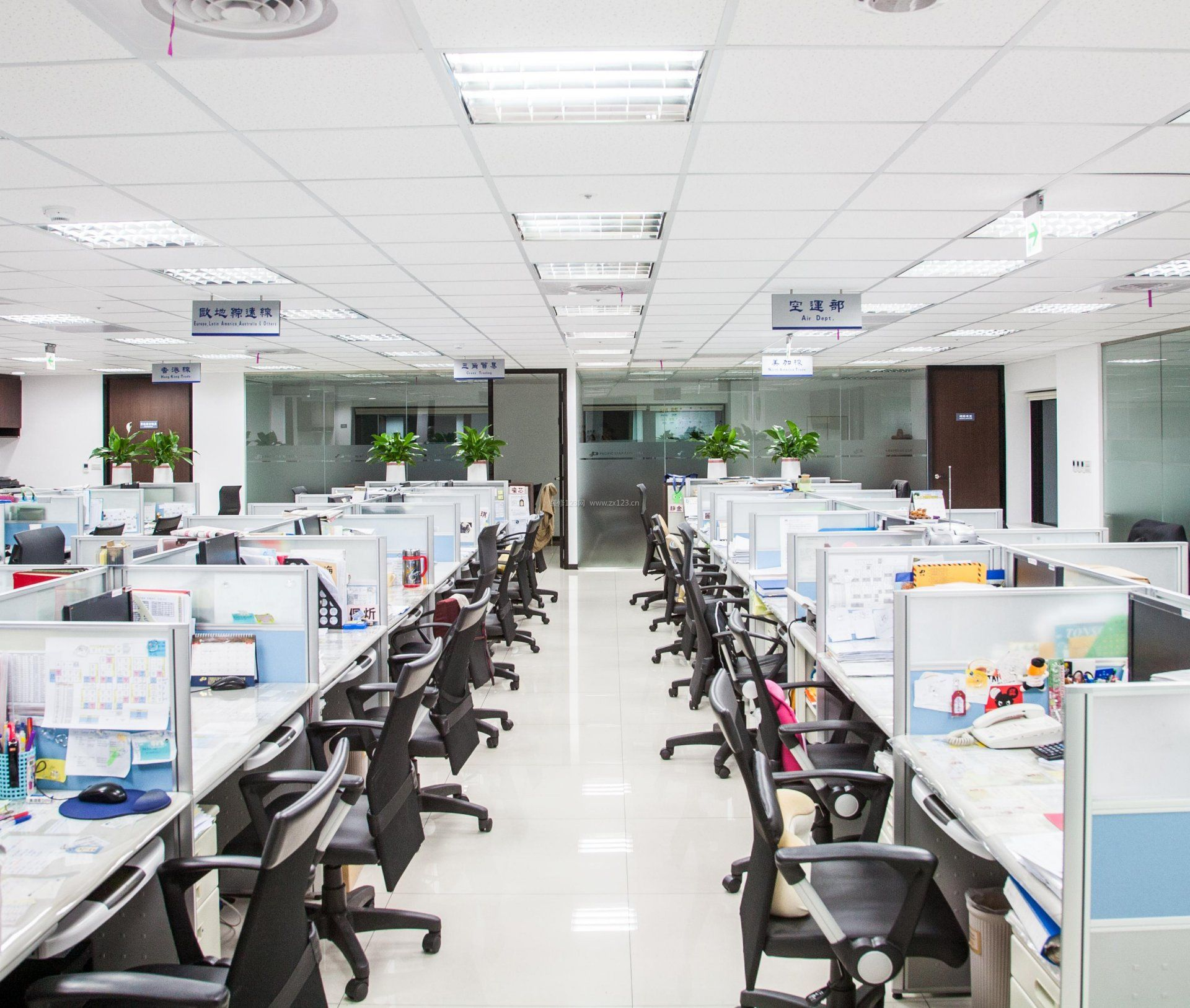 员工办公室室内布置设计效果图
