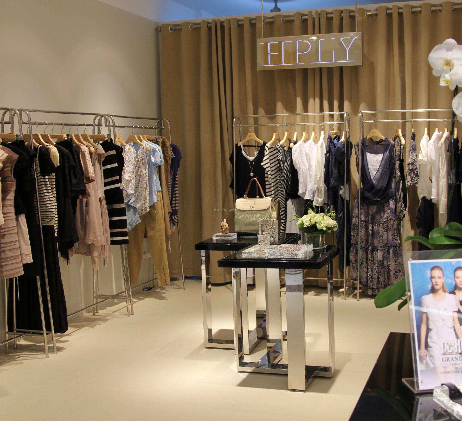 小型女服装店室内挂衣架装修效果图片