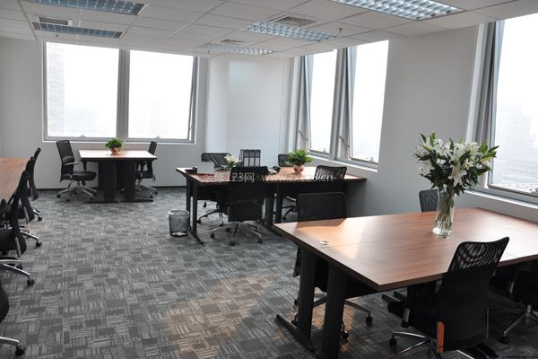 办公室吊顶   办公室吊顶不管选用石棉板或矿棉板,都要用螺丝拉杆悬