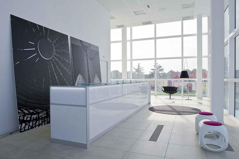 现代简约黑白风格办公室前台装修图