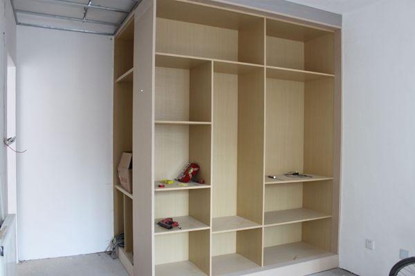 其木工施工所制作的家具有:厨房橱柜,电视柜,衣柜,书柜,边柜,酒柜等等