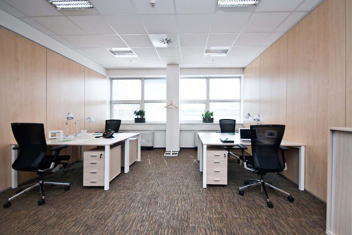 白色现代小型办公室装潢效果图
