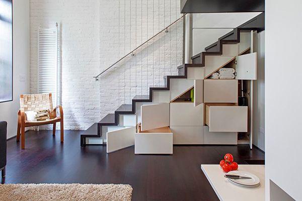利用楼梯下面空间,做个收纳书架,下方有抽屉对开门,可以隐藏许多