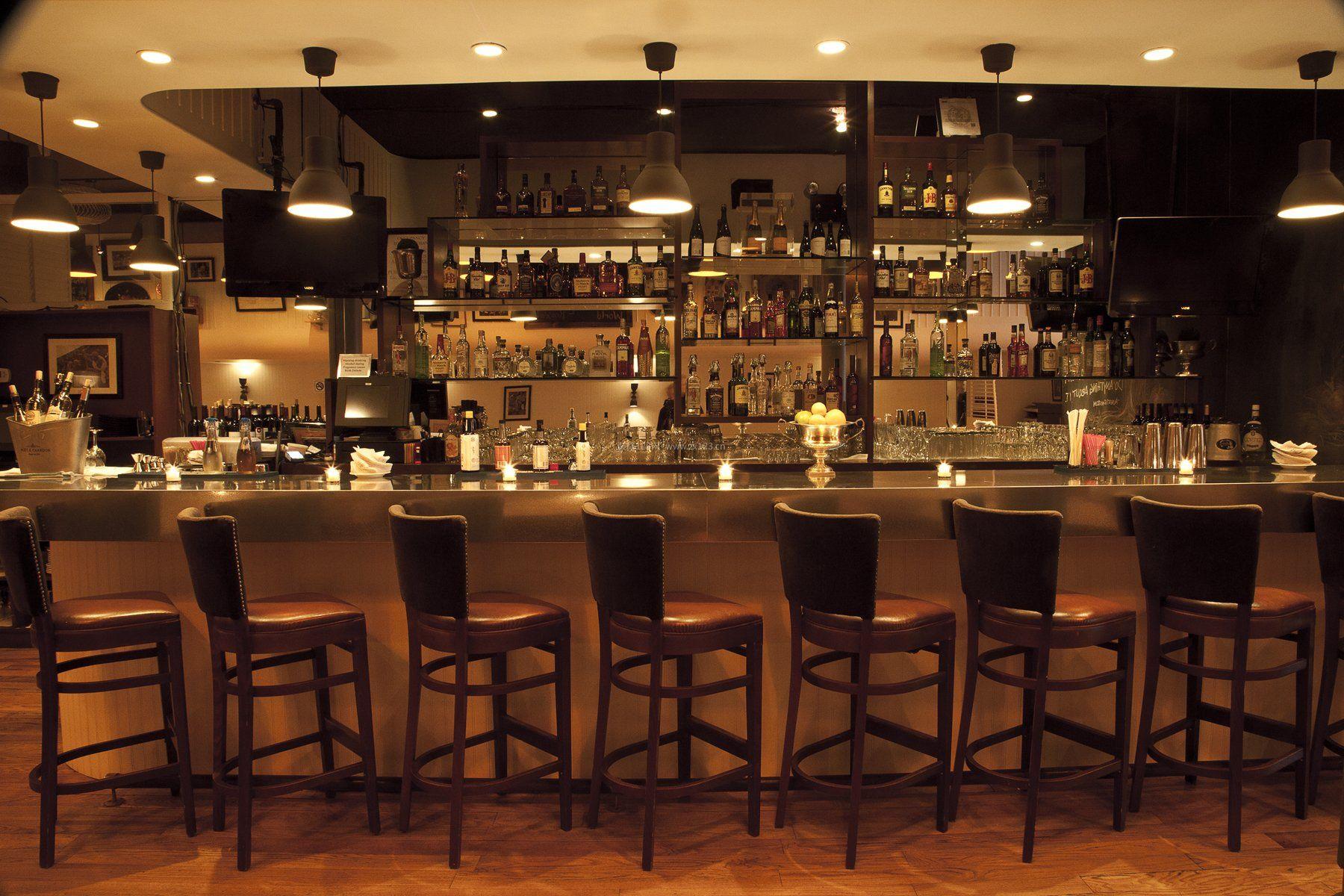 沉稳复古风格酒吧吧台装修效果图
