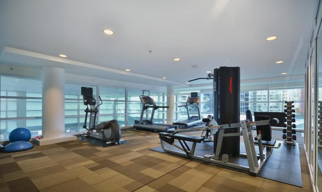 室内现代健身房效果图女生证件白底照图片