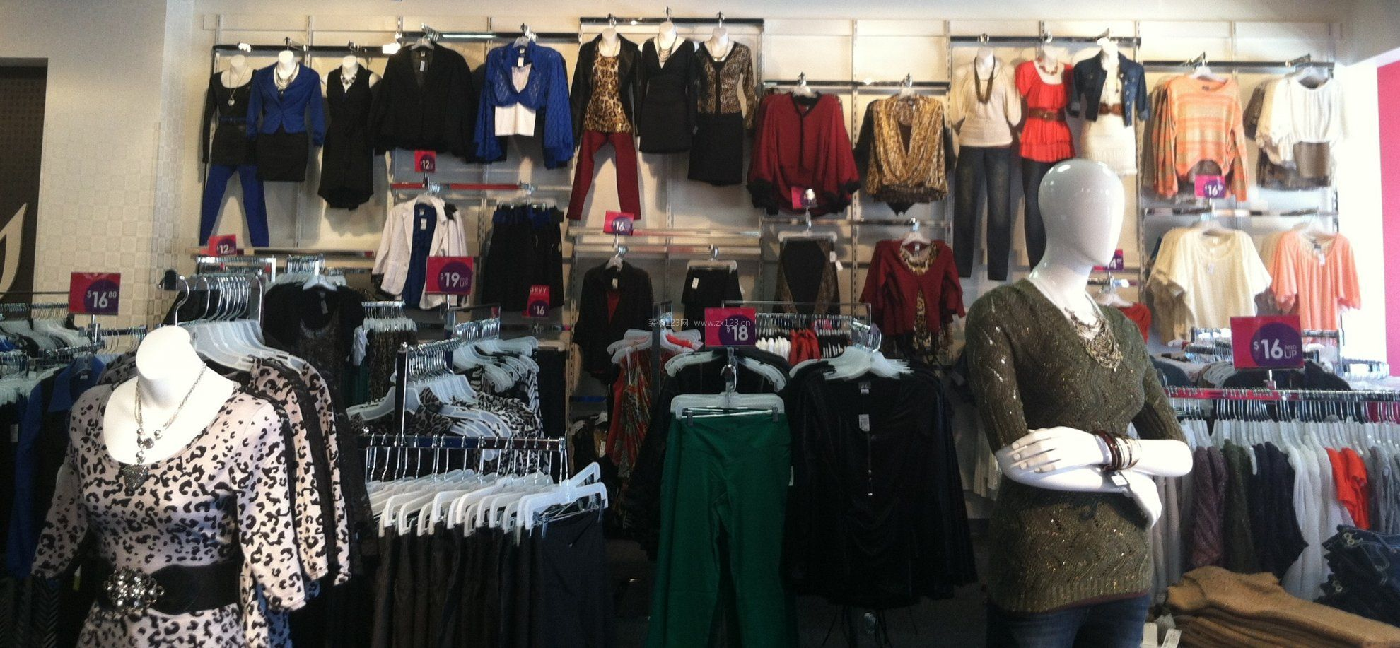 普通韩国小服装店装修图片