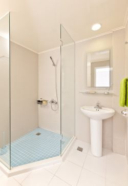 家庭小型卫生间室内玻璃隔断装修案例图片
