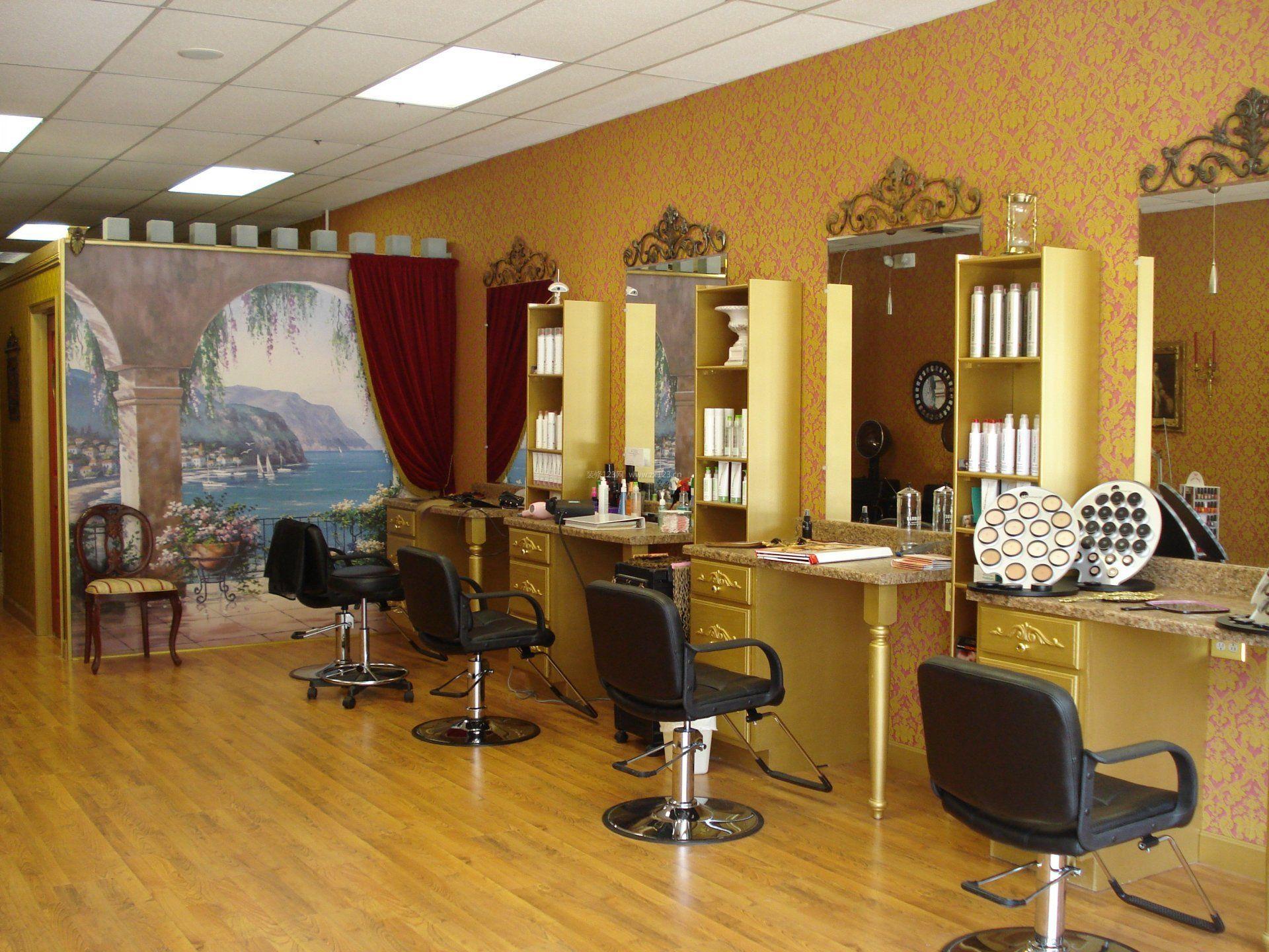 小型理发店深黄色木地板装修效果图片