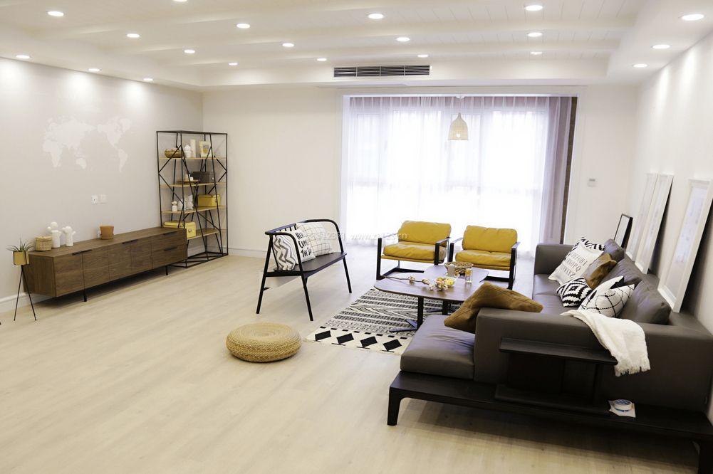 简欧式客厅浅色木地板装修图