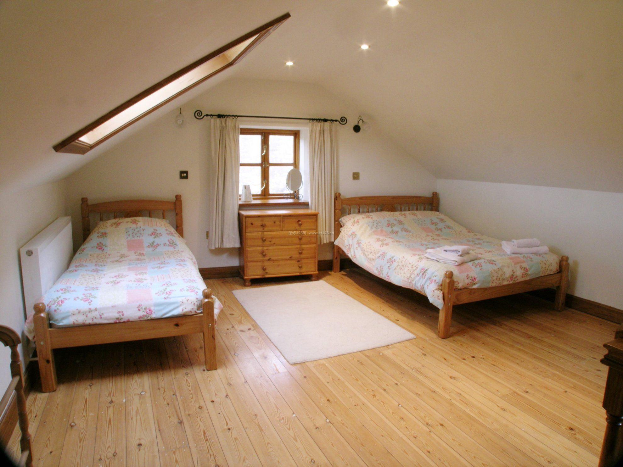 浅驼色的墙面和浅黄色的木地板,什么颜色沙发好搭配