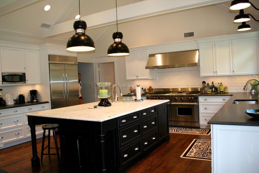 黑白时尚家居厨房橱柜中岛装修效果图片