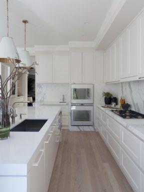 黑白时尚家居厨房浅色木地板装修图