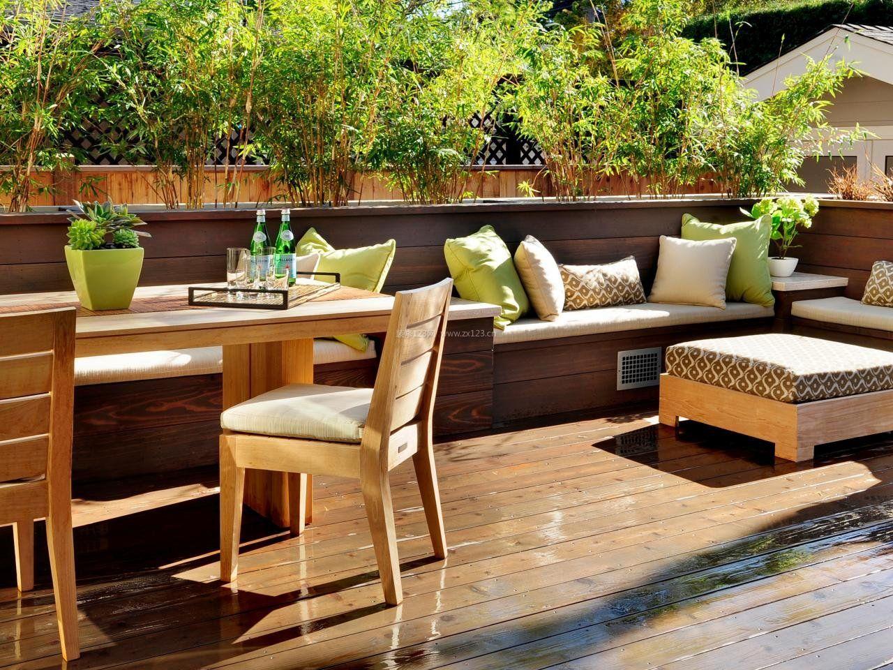 客厅阳台休闲区浅色木地板图片