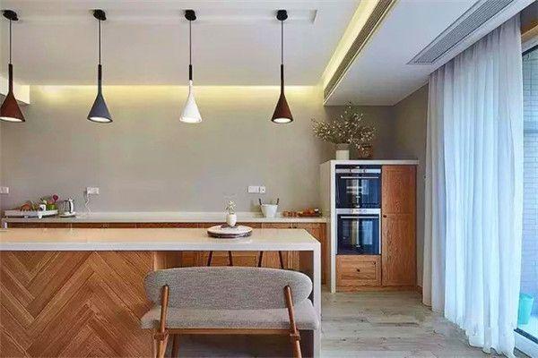 进门开放式的厨房中岛延伸成餐桌,餐厨一体成为一道风景