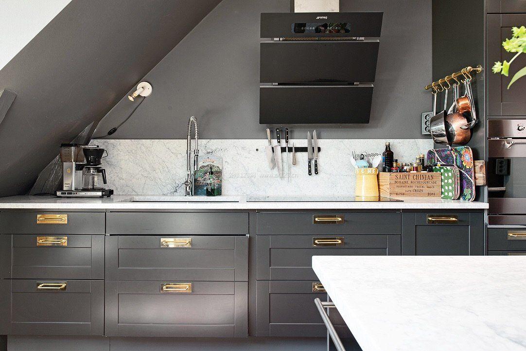 顶楼带阁楼厨房橱柜颜色装修效果图