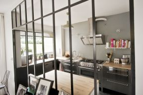 廚房與餐廳之間隔斷裝修效果圖 金屬門框裝修效果圖片