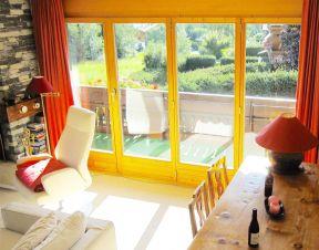 客廳陽臺設計效果圖 黃色門框裝修效果圖片