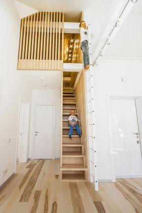 顶楼带阁楼楼梯装修 国外经典小户型设计