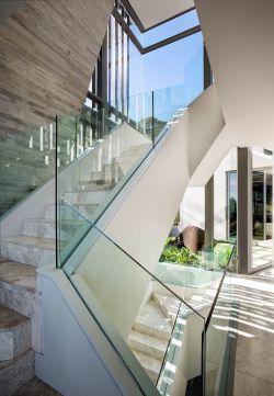 跃层楼梯玻璃扶手装修效果图