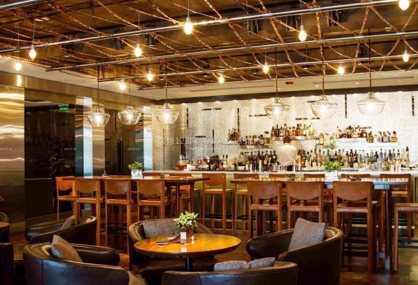 尽量要避免使用玻璃台面的桌子,使用木质的,尽量让酒吧呈现出暖色调